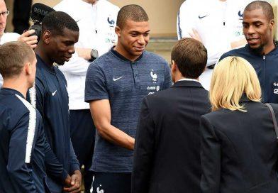 Poignée de main entre Macron et Mbappé