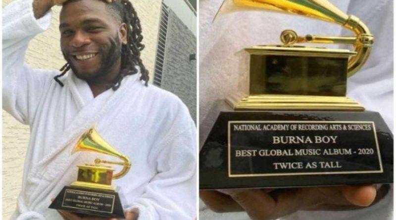 Burna Boy recibe el trofeo de los premios Grammy