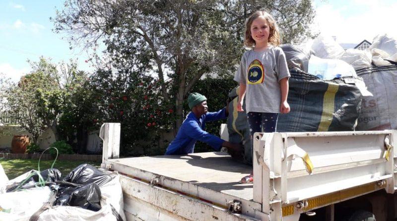 Jenny, la niña de 5 años que aprovecha sus vacaciones para limpiar las playas