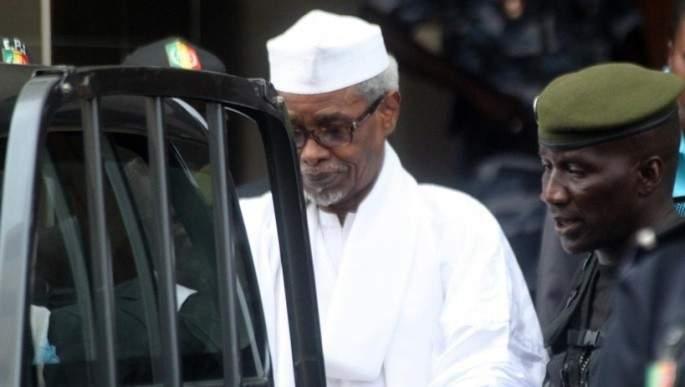 Hissène Habré et un gardien pénitencier