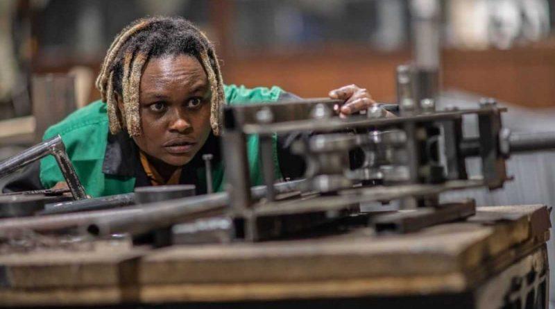 una mujer keniana recicla plástico para convertirlo en ladrillo 5 veces más fuerte que el hormigón